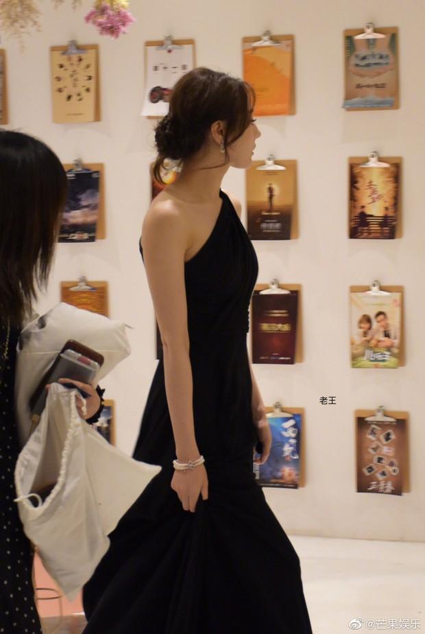 Chưa bao giờ diện váy xẻ sâu đến thế, Địch Lệ Nhiệt Ba khiến cả Weibo xao xuyến body cực nuột nà! - Ảnh 10.