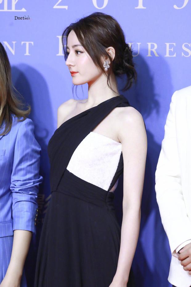 Chưa bao giờ diện váy xẻ sâu đến thế, Địch Lệ Nhiệt Ba khiến cả Weibo xao xuyến body cực nuột nà! - Ảnh 2.