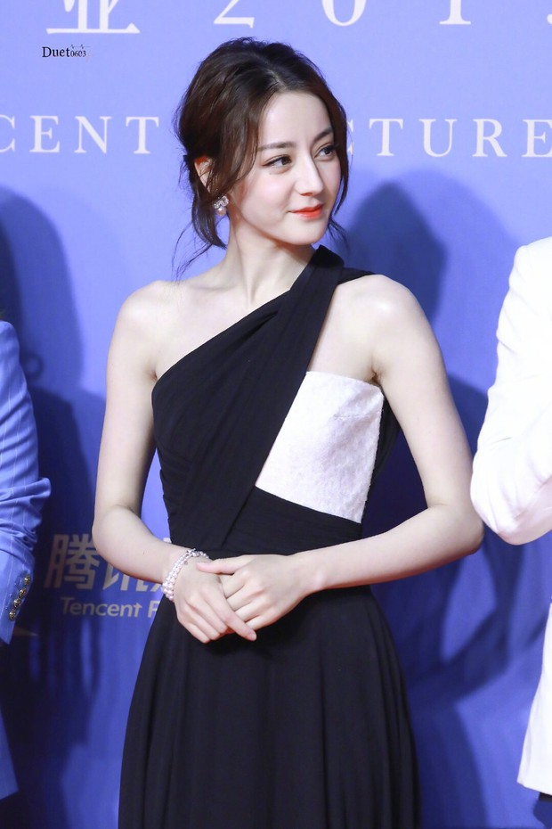 Chưa bao giờ diện váy xẻ sâu đến thế, Địch Lệ Nhiệt Ba khiến cả Weibo xao xuyến body cực nuột nà! - Ảnh 3.