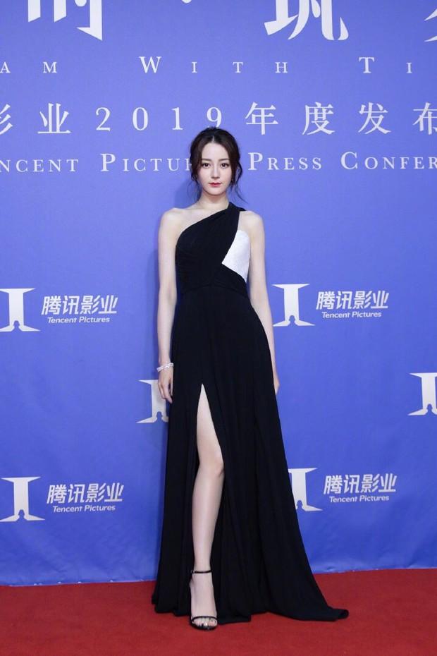 Chưa bao giờ diện váy xẻ sâu đến thế, Địch Lệ Nhiệt Ba khiến cả Weibo xao xuyến body cực nuột nà! - Ảnh 1.