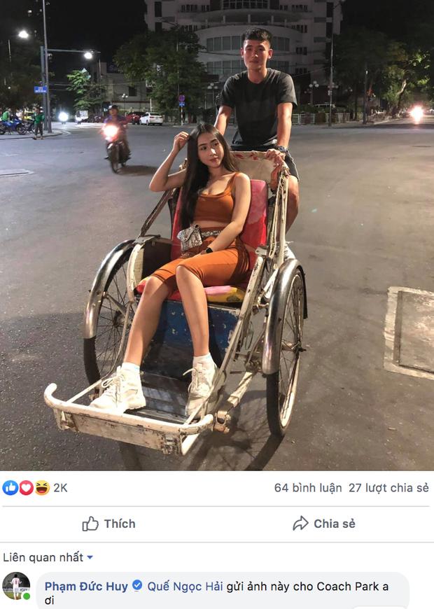 Tuyển thủ Việt Nam khoe ảnh chụp với gái xinh có thân hình nóng bỏng, Đức Huy rủ Quế Ngọc Hải đi mách thầy Park - Ảnh 1.