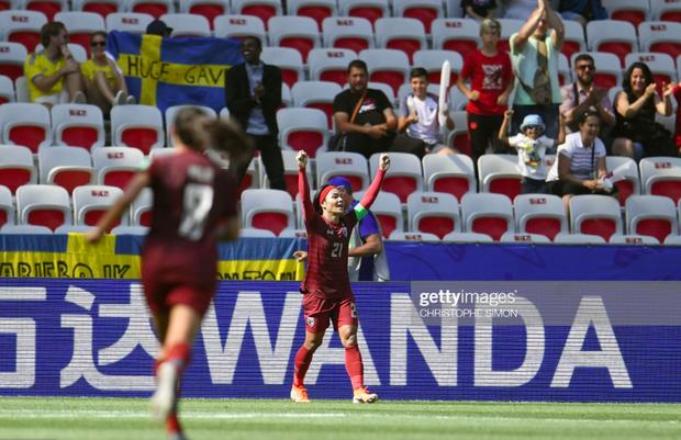 Tỷ phú kiêm trưởng đoàn xinh đẹp của tuyển nữ Thái Lan bật khóc sau khi đội nhà có bàn thắng đầu tiên ở World Cup - Ảnh 4.