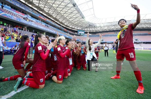 Tỷ phú kiêm trưởng đoàn xinh đẹp của tuyển nữ Thái Lan bật khóc sau khi đội nhà có bàn thắng đầu tiên ở World Cup - Ảnh 7.