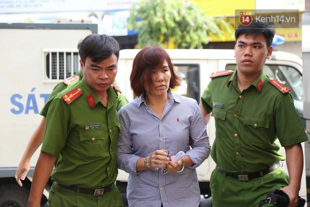 Nữ tài xế BMW vẫy tay chào người thân sau khi bị tuyên phạt 3 năm 6 tháng tù - Ảnh 3.