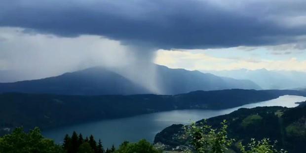 """Sự thật về quả """"bom mưa"""" siêu to khổng lồ trông như sắp tận thế xuất hiện tại một tọa độ du lịch ở Áo - Ảnh 1."""