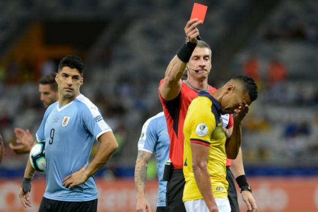 Trọng tài bẻ còi sau khi xem lại pha đánh yêu khiến đối phương đầm đìa máu tại Copa America 2019 - Ảnh 4.
