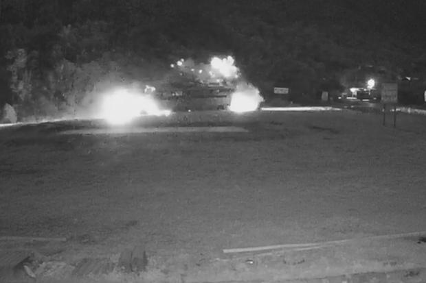 Clip: Khoảnh khắc xe tải đâm sầm vào xe khách trong đêm khiến 40 người thương vong ở Hòa Bình - Ảnh 2.