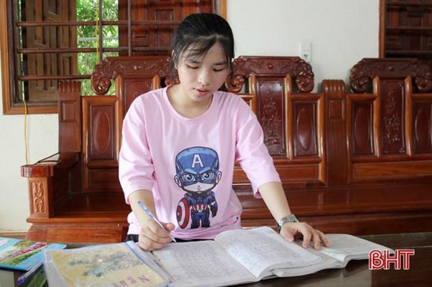 Thả cảm xúc vào 15 trang giấy, nữ sinh ở TP Hà Tĩnh giành điểm chuyên Văn cao nhất - Ảnh 2.