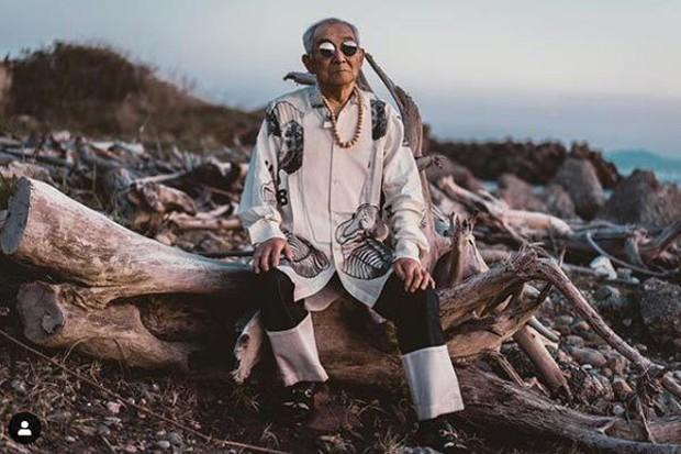 Gu ăn mặc cực chất của biểu tượng thời trang 84 tuổi - Ảnh 1.
