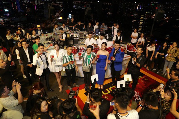 Cuộc đua kỳ thú 2019: Những hình ảnh đầu tiên được hé lộ, Kỳ Duyên - Minh Triệu diện đồ đôi, nắm tay không rời - Ảnh 1.