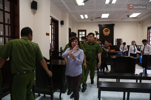 Nữ tài xế BMW vẫy tay chào người thân sau khi bị tuyên phạt 3 năm 6 tháng tù - Ảnh 18.