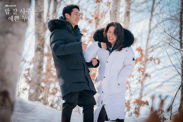 Mỹ Tâm và Son Ye Jin: Hai chị đại không ngại yêu trai nhỏ tuổi, bạn đoán xem cơm chị nào mua ngon hơn? - Ảnh 2.
