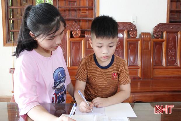 Thả cảm xúc vào 15 trang giấy, nữ sinh ở TP Hà Tĩnh giành điểm chuyên Văn cao nhất - Ảnh 3.
