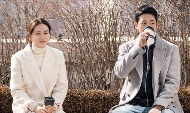 Mỹ Tâm và Son Ye Jin: Hai chị đại không ngại yêu trai nhỏ tuổi, bạn đoán xem cơm chị nào mua ngon hơn? - Ảnh 3.