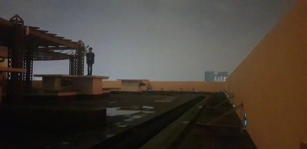 Xôn xao người đàn ông đứng trên sân thượng sắp nhảy lầu tự tử nhưng câu chuyện đằng sau lại hoàn toàn không như mọi người nghĩ - Ảnh 3.