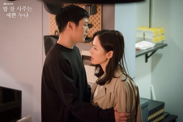 Mỹ Tâm và Son Ye Jin: Hai chị đại không ngại yêu trai nhỏ tuổi, bạn đoán xem cơm chị nào mua ngon hơn? - Ảnh 8.