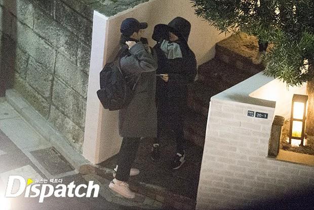 Các cặp đôi Vbiz và Kbiz hẹn hò qua ống kính paparazzi: Sao Việt quá bạo, sao Hàn lại trang bị quá bài bản, khôn khéo - Ảnh 12.