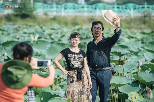 Đầm sen ở Nhật Tân có gì hot mà người dân Hà Nội ùn ùn kéo đến, lội xuống hồ chụp ảnh mỗi ngày? - Ảnh 19.