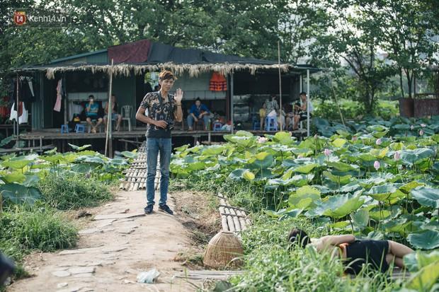 Đầm sen ở Nhật Tân có gì hot mà người dân Hà Nội ùn ùn kéo đến, lội xuống hồ chụp ảnh mỗi ngày? - Ảnh 21.