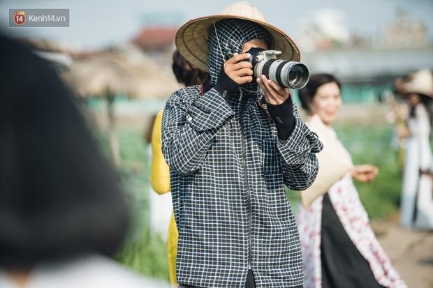 Đầm sen ở Nhật Tân có gì hot mà người dân Hà Nội ùn ùn kéo đến, lội xuống hồ chụp ảnh mỗi ngày? - Ảnh 13.