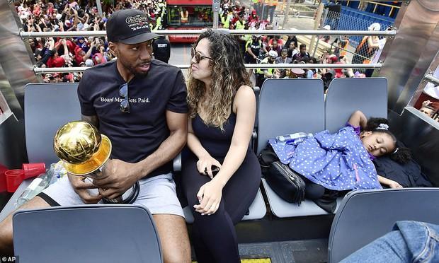 Biển người đột nhiên tháo chạy tán loạn trong lễ rước cúp vô địch NBA lịch sử của Toronto Raptors - Ảnh 9.