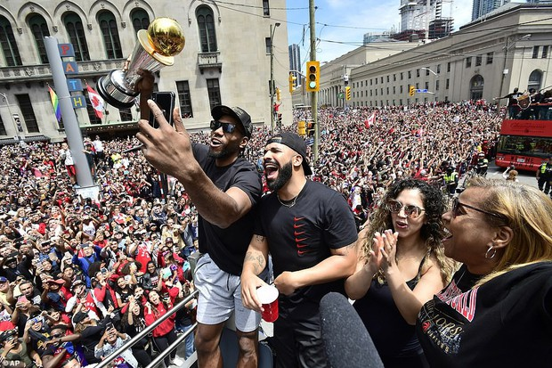 Biển người đột nhiên tháo chạy tán loạn trong lễ rước cúp vô địch NBA lịch sử của Toronto Raptors - Ảnh 8.