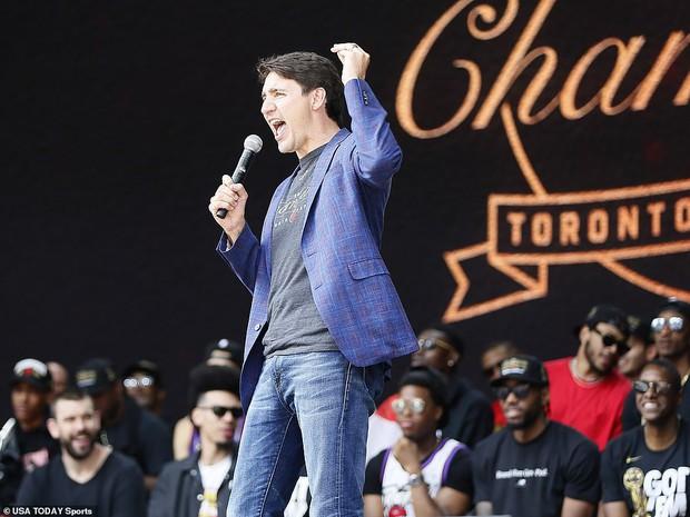 Biển người đột nhiên tháo chạy tán loạn trong lễ rước cúp vô địch NBA lịch sử của Toronto Raptors - Ảnh 12.