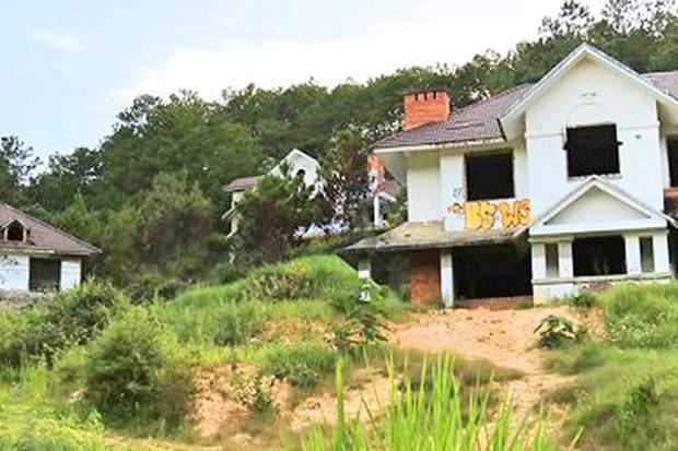 Hàng chục biệt thự nghỉ dưỡng trên đồi thông Đà Lạt bị bỏ hoang nhiều năm, xuống cấp nghiêm trọng - Ảnh 1.