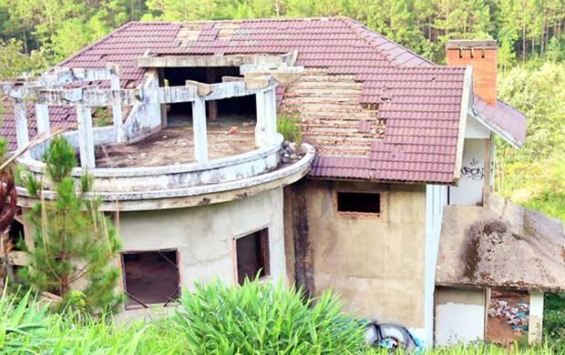 Hàng chục biệt thự nghỉ dưỡng trên đồi thông Đà Lạt bị bỏ hoang nhiều năm, xuống cấp nghiêm trọng - Ảnh 2.