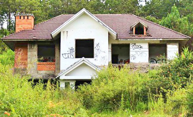 Hàng chục biệt thự nghỉ dưỡng trên đồi thông Đà Lạt bị bỏ hoang nhiều năm, xuống cấp nghiêm trọng - Ảnh 3.