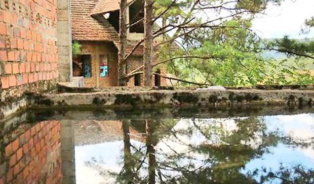 Hàng chục biệt thự nghỉ dưỡng trên đồi thông Đà Lạt bị bỏ hoang nhiều năm, xuống cấp nghiêm trọng - Ảnh 5.