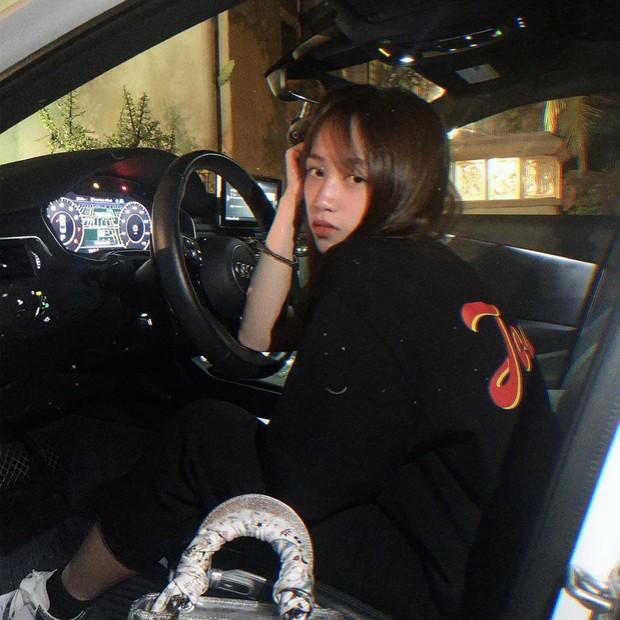 Đẳng cấp con gái đại gia Minh Nhựa: 20 tuổi tự sắm túi Chanel hơn 100 triệu, khoe nhẹ siêu xe và giày hiệu cũng đủ nổi khắp Instagram - Ảnh 5.
