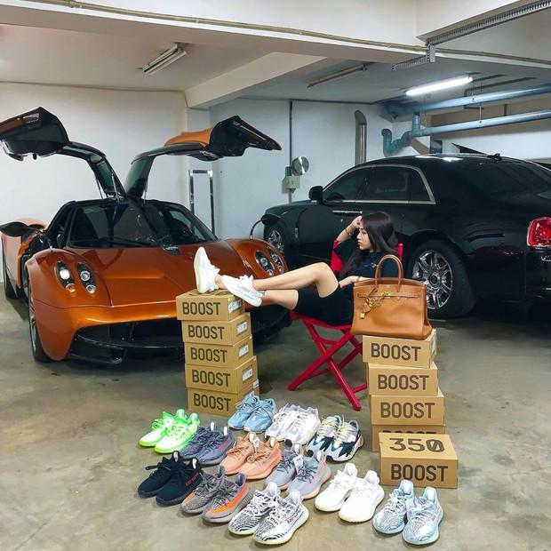 Đẳng cấp con gái đại gia Minh Nhựa: 20 tuổi tự sắm túi Chanel hơn 100 triệu, khoe nhẹ siêu xe và giày hiệu cũng đủ nổi khắp Instagram - Ảnh 1.