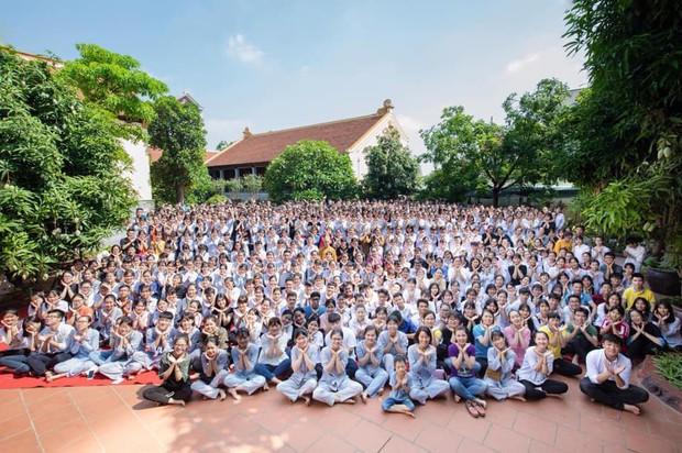 Giáo viên trường nhà người ta: Tổ chức cho toàn bộ học sinh khối 12 lên chùa cầu nguyện trước khi thi THPT Quốc gia - Ảnh 3.