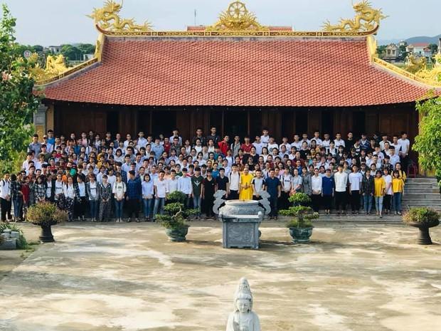 Giáo viên trường nhà người ta: Tổ chức cho toàn bộ học sinh khối 12 lên chùa cầu nguyện trước khi thi THPT Quốc gia - Ảnh 1.