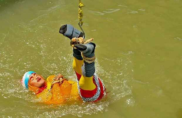Ấn Độ: Đã tìm thấy thi thể của nhà ảo thuật mất tích sau khi biểu diễn ảo thuật dưới sông Hằng - Ảnh 1.