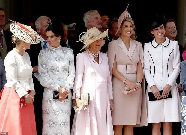 Cuộc đọ style Hoàng gia gay cấn: Trong khi Công nương Kate vẫn giữ hình ảnh cũ thì Hoàng hậu Letizia lại gây bất ngờ - Ảnh 2.