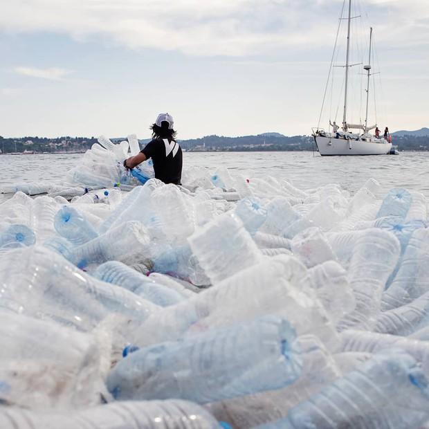 Từ rác thải nhựa trên khắp thế giới, nghệ sĩ thị giác đã biến chúng thành những tác phẩm nghệ thuật khiến ai cũng phải xuýt xoa trầm trồ - Ảnh 17.