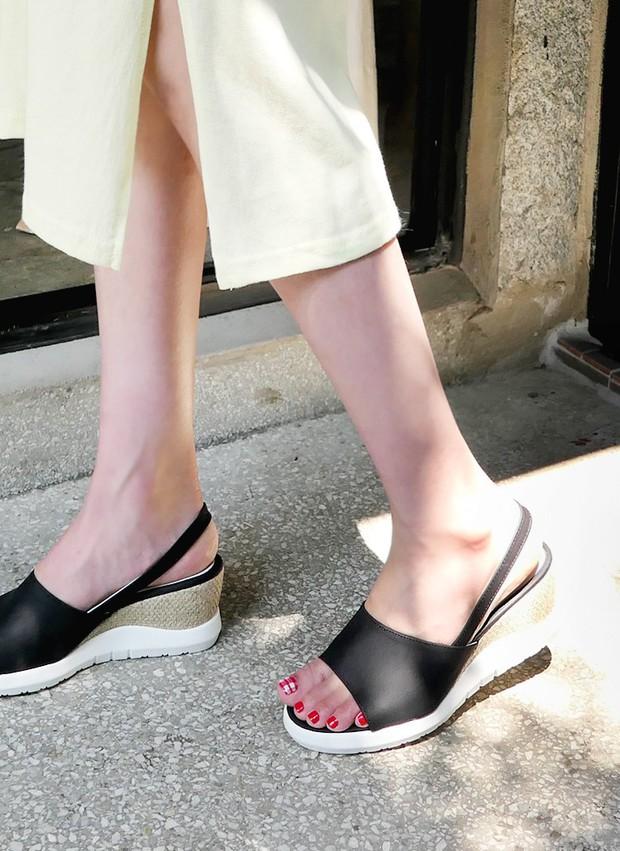 Mang danh giày có gót nhưng 2 lựa chọn này không hề gây đau chân, lại mát rượi để diện vào mùa hè - Ảnh 7.