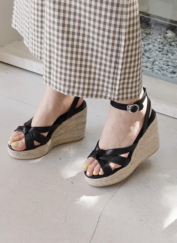 Mang danh giày có gót nhưng 2 lựa chọn này không hề gây đau chân, lại mát rượi để diện vào mùa hè - Ảnh 9.
