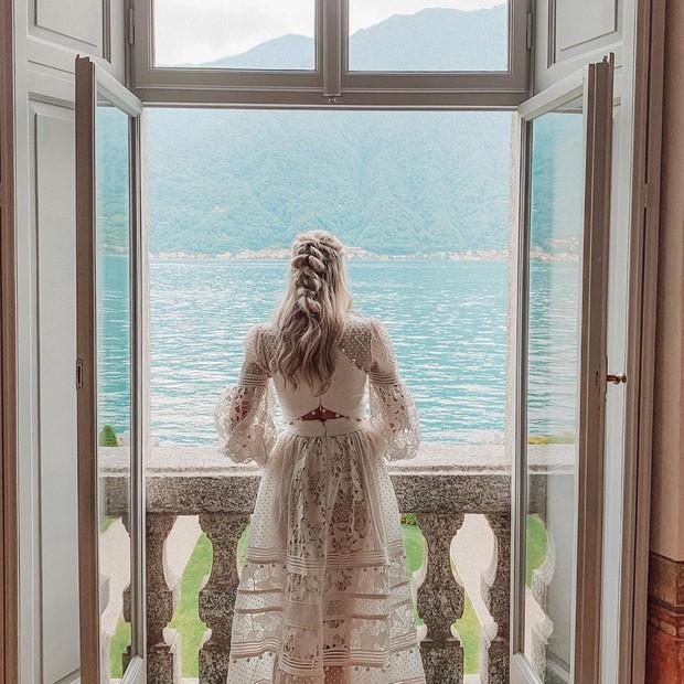 Sau 9 năm bên nhau, anh chàng cầu thủ điển trai cùng cô Hoa hậu xinh đẹp này đã về chung một nhà sau đám cưới đẹp như mơ - Ảnh 1.