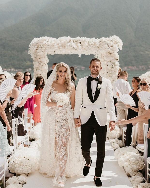 Sau 9 năm bên nhau, anh chàng cầu thủ điển trai cùng cô Hoa hậu xinh đẹp này đã về chung một nhà sau đám cưới đẹp như mơ - Ảnh 2.