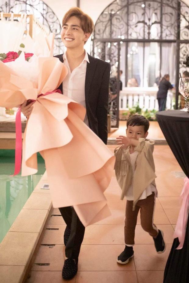 Bạn trai kém 10 tuổi quỳ gối cầu hôn Thu Thủy sau 1 năm hẹn hò, phản ứng của cậu con trai gây chú ý - Ảnh 3.