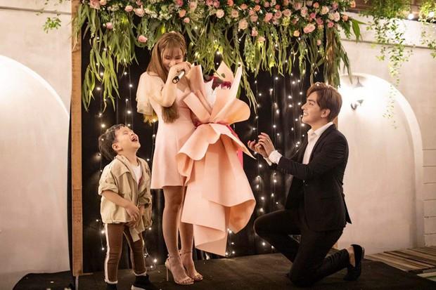 Bạn trai kém 10 tuổi quỳ gối cầu hôn Thu Thủy sau 1 năm hẹn hò, phản ứng của cậu con trai gây chú ý - Ảnh 2.