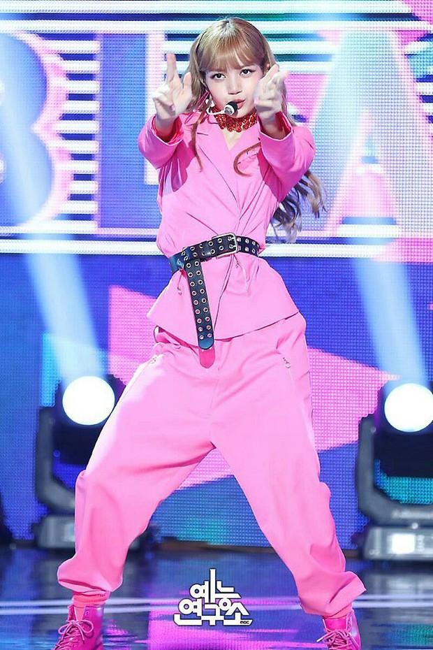 """Nếu không phải Lisa (Blackpink) thì idol nào mới có thể """"cân"""" được đống trang phục khó cảm nhường này? - Ảnh 6."""