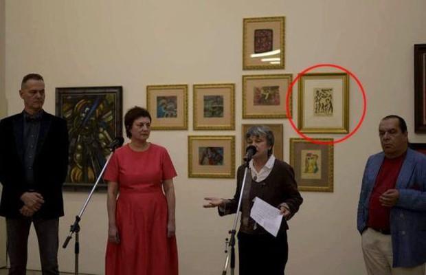 Hoạ sĩ thấy tranh của mình ở bảo tàng nhưng khi xem tên tác giả thì mới nhận ra điều bất ngờ - Ảnh 2.
