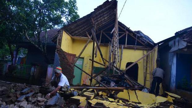 Động đất ở Trung Quốc, hơn 200 người thương vong, hơn 40.000 hộ dân mất điện - Ảnh 1.