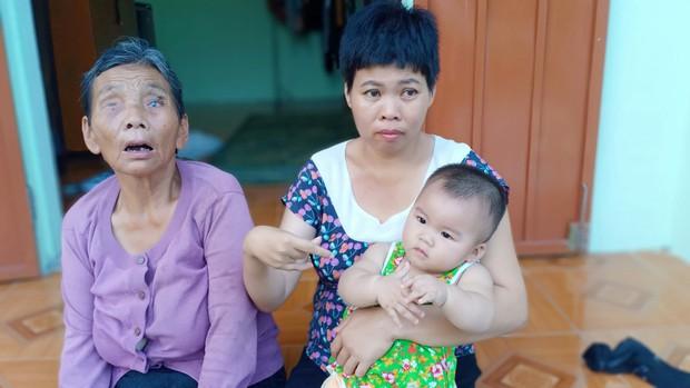 Thảm cảnh của người phụ nữ tật nguyền, một mình nuôi mẹ già mù và đứa con gái 10 tháng tuổi - Ảnh 1.