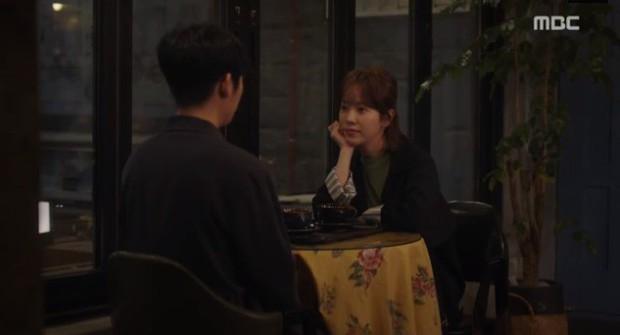 Đêm Xuân tập 9: Han Ji Min nựng môi trai đẹp, nổi cơn tanh bành khi crush bị bồ cũ khẩu nghiệp - Ảnh 1.