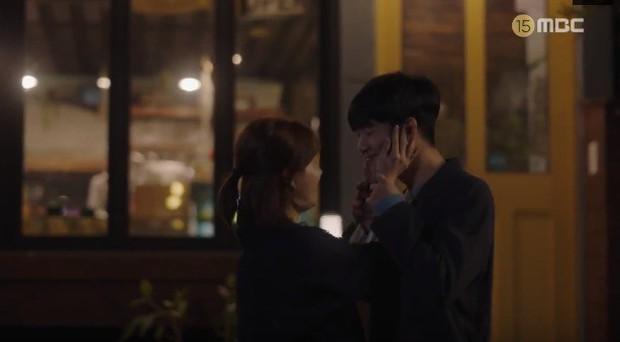 Đêm Xuân tập 9: Han Ji Min nựng môi trai đẹp, nổi cơn tanh bành khi crush bị bồ cũ khẩu nghiệp - Ảnh 3.
